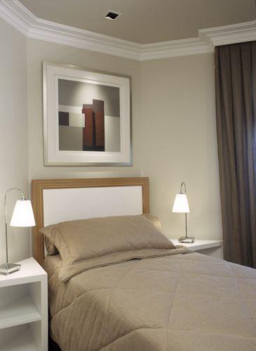 O formato irregular do quarto não permitia o uso de criados-mudos convencionais, assim, mesas laterais foram desenhadas por Oscar Mikail, e executadas em madeira laqueada de branco