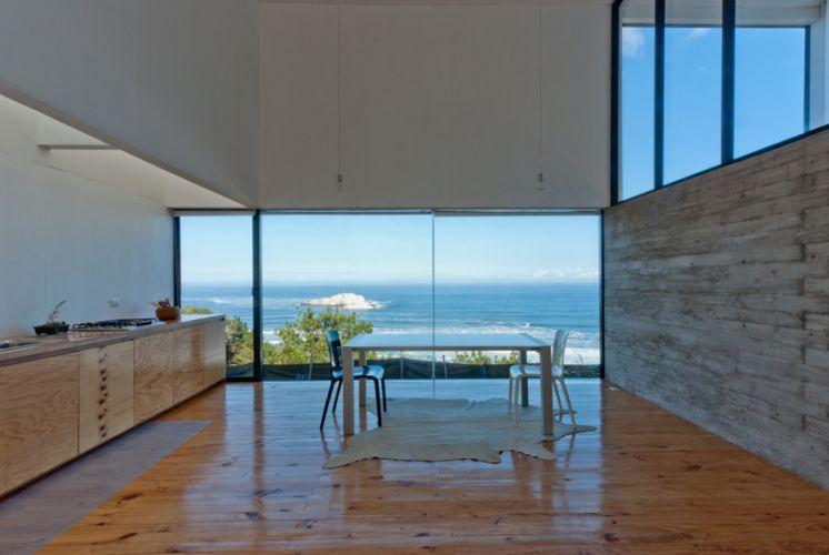 O pinus foi usada no revestimento de piso e paredes, e também nas poucas peças que compõem o mobiliário da casa