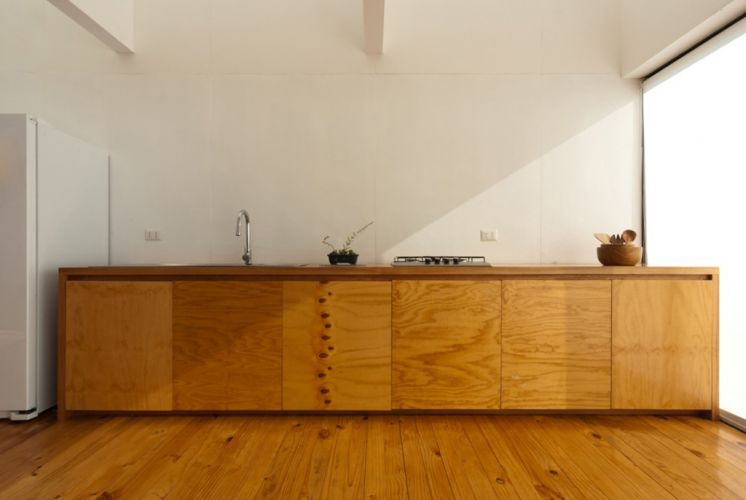 O móvel que acomoda pia, fogão e armário foi projetado pelo escritório Panorama Arquitectos
