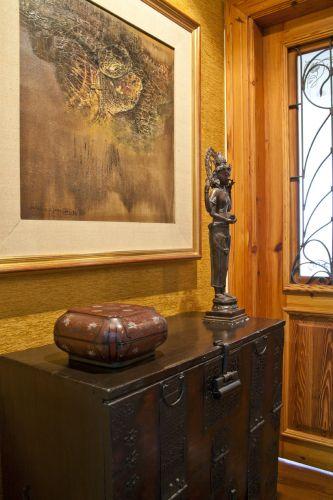 A porta de entrada foi substituída por outra de pinho-de-riga, para dar o clima mais rústico ao imóvel