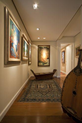 A pequena galeria reúne quadros e instrumentos. No piso, tapete iraniano, em lã e algodão, com cerca de 60 anos de idade, adquirido do importador Sh. Sameyeh, de Cingapura
