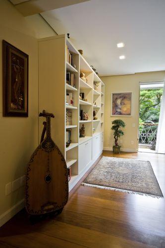 Executada pela Marcenaria Brasileira, a estante do ateliê da esposa, além de livros, também abriga miniaturas e esculturas. À frente, o instrumento de cordas indonésio. O tapete de Kashmir, na Índia, feito em seda sobre seda, foi adquirido em Nova Déli