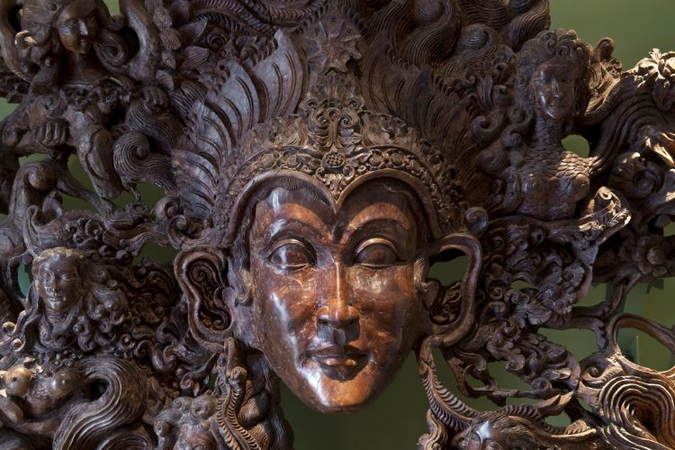 Sobre a escrivaninha, a grande máscara comprada em Bali, na Indonésia, entalhada pelo artista plástico Ketut Nangos Cokot e a comunidade local. O Topeng, como é chamado, é usado como proteção. Por pesar 300 kg, a cada mudança, é preciso que um engenheiro ou um arquiteto prepare a estrutura devidamente para sustentar a máscara com segurança