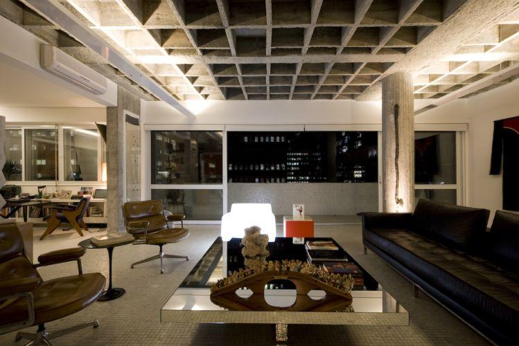 No canto do estar, poltronas Charles Eames, sofá de couro da Dpot, e mesa de centro revestida de espelho da Érea. Ao fundo, poltrona luminária. As esquadrias, que já haviam sido trocadas em uma reforma feita no edifício, receberam vidro duplo anti-ruído