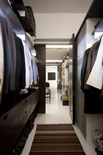 O closet, feito sob medida pela SZatelier, ocupa parte da antiga suíte, abrindo-se diretamente ao estar de forma inusitada