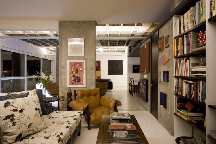 Para diferenciar o home theater do estar, melhorar a acústica e trazer aconchego ao espaço, José Armênio aplicou gesso no teto. O sofá da Casual é revestido com lona reciclada bordada e combina com a poltrona de couro mole