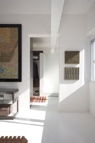 O quarto e o banheiro estão ligados pelo vão e a calha que atravessa os dois ambientes. Ao lado da janela, obra feita de concreto por Anna Maria Maiolino
