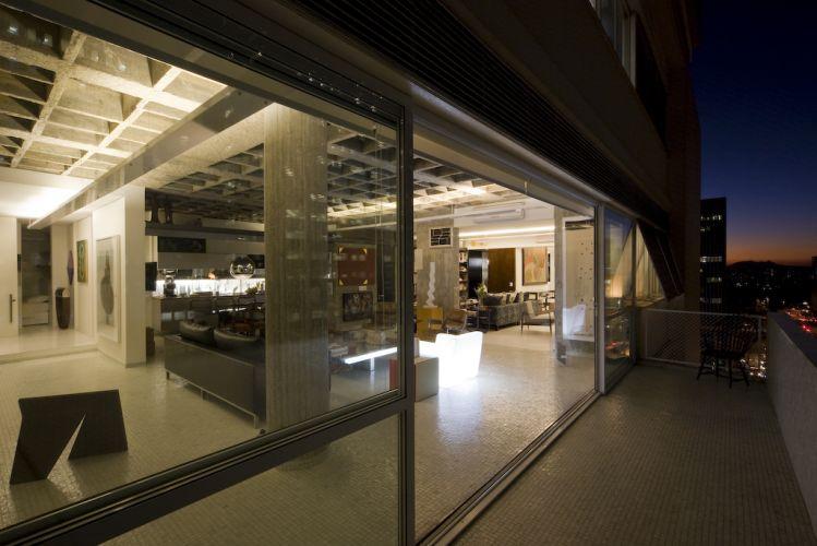 Com a reforma, o imóvel adquiriu configuração de loft. A calha metálica conduz as instalações e a iluminação, planejada para enfatizar os elementos estruturais que servem de contexto para o mobiliário e as obras de arte