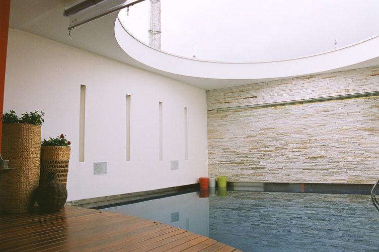 Um apaixonado por água, o proprietário, solicitou ao arquiteto Ricardo Simon Ciaco que a piscina fosse integrada à área social da cobertura e funcionasse muito mais como elemento decorativo do que de lazer. Com insolação restrita, a piscina de concreto armado foi revestida de pastilhas da Atlas, e tem deck de ipê cumaru. A borda em chapas de aço inox dá a sensação de prolongamento do tanque