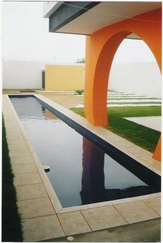 O proprietário solicitou a piscina no formato de raia para a prática de natação. O arquiteto Ricardo Simon Ciaco desenhou uma estrutura mista de alvenaria e tijolos cerâmicos maciços, recoberta com azulejos azul cobalto. Na borda usou mármore branco bruto e, no piso, cerâmica antiderrapante; o solário ganhou deck de cumaru
