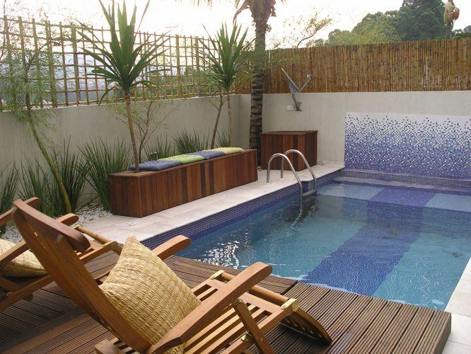 Depois de uma reforma idealizada pelas arquitetas Silvia Franchini e Priscila Baliu, e executada pela Nado Livre, a piscina de alvenaria, localizada em uma cobertura, foi ampliada, aquecida e revestida de pastilhas