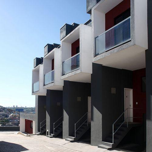 O conjunto residencial Box House, do arquiteto Yuri Vital, chama a atenção de quem passa pelo bairro de Brasilândia, na zona norte de São Paulo. As 17 casas do empreendimento de baixo custo parecem caixas bem estruturadas, com 47 m² cada uma
