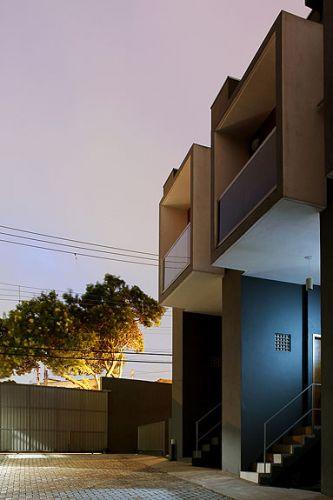 Em um terreno de 1011m² no bairro de Brasilândia, na zona norte de São Paulo, Yuri Vital construiu casas de 47 m² com garagem privativa e arquitetura de qualidade