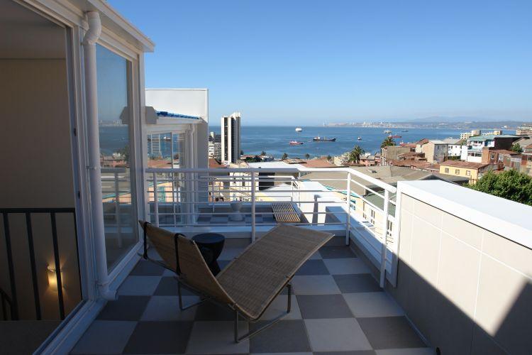 Os terraços se integram a um dos quartos dos lofts dúplex do Yungay 2, em Valparaíso, Chile. É possível avistar a costa do oceano Pacífico a partir das plataformas