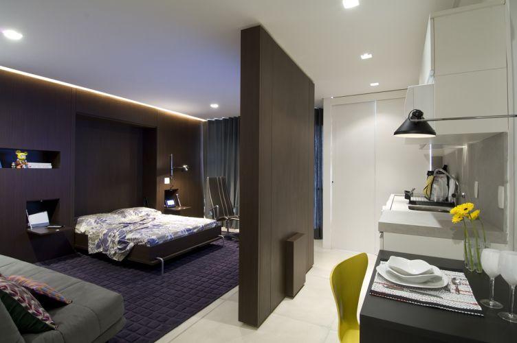 Para transformar a sala em quarto, basta abaixar a cama e puxar as duas portas que viram mesa de apoio