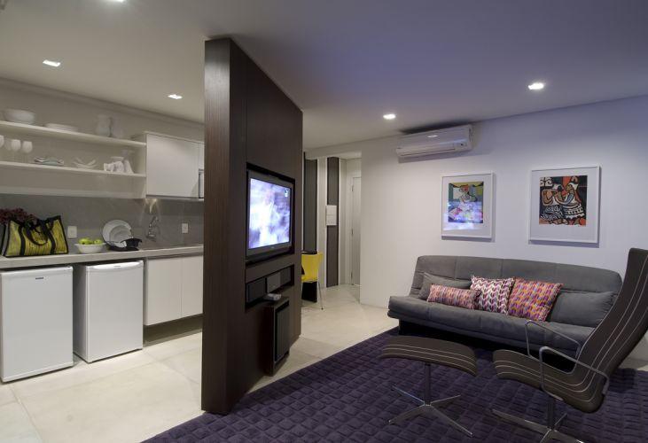 Nos momentos de diversão a poltrona e o sofá são usados para ver TV. Repare que, por ser giratório, o móvel pode ser direcionado para qualquer lado