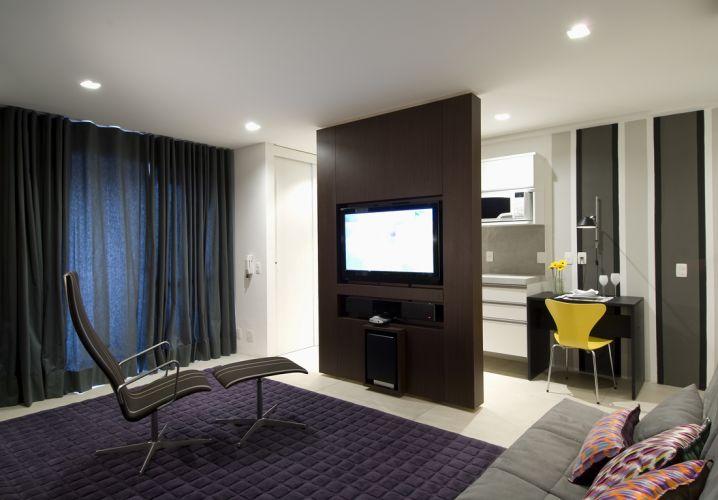 Quando a cama está recolhida, a poltrona fica disposta no centro, formando um ambiente de estar em conjunto com o sofá