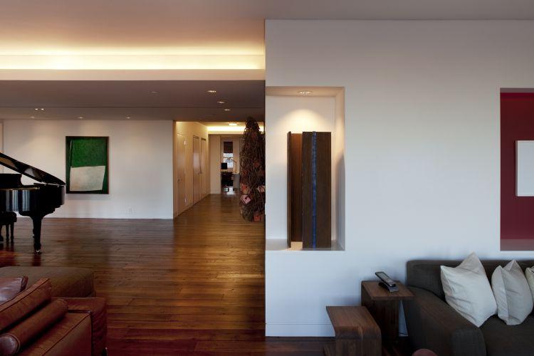 O projeto de luminotécnica, do escritório paulistano Franco & Fortes, destaca a arquitetura de interiores. Os ambientes foram pontuados por obras de arte, algumas ocupando nichos especiais