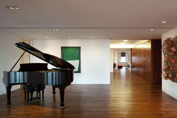 O espaço do piano, próximo ao hall de entrada. No teto aparece o rasgo do difusor linear de ar-condicionado