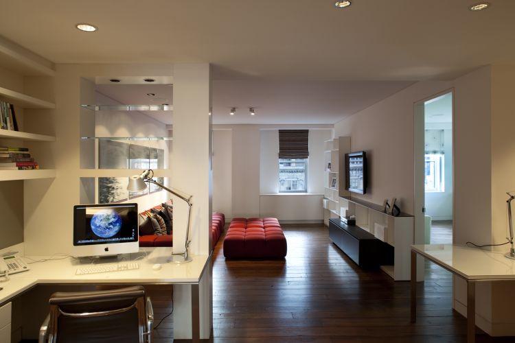 O espaço de escritório e sala de estudos está integrado à sala de TV, e é ladeado por dormitórios