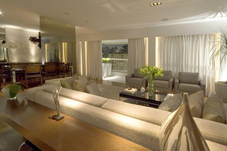 Sala De Estar Sofisticada ~ Quando abertas as cortinas, surge a varanda que foi planejada de