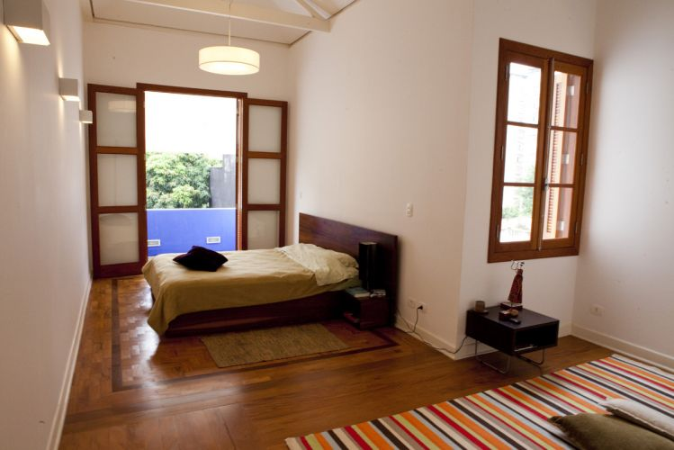 Quarto de casal, com terraço, formado pela união de dois dormitórios contíguos. As diferenças de piso - assoalho e taco de madeira - foram mantidas
