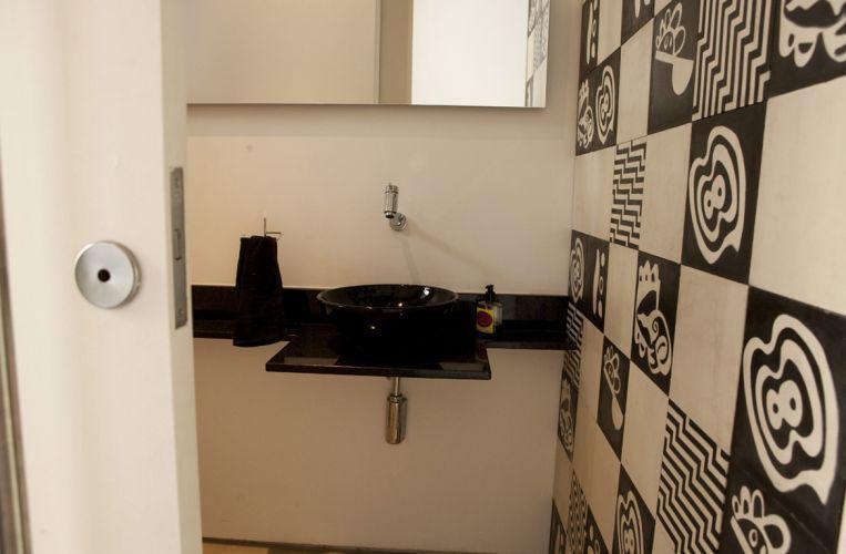 uol decoracao lavabo:Lavabo do anexo com painel de ladrilho hidráulico 20 X 20 cm da Dalle