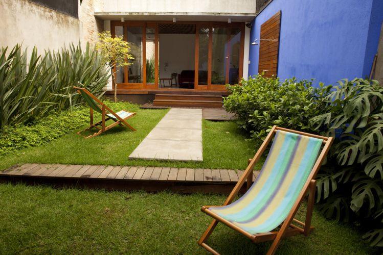 Jardim nos fundos da casa com projeto da arquiteta Ana Sawaia. Foram usadas grama esmeralda e amendoim, além de gardênias e fórmios. O ambiente faz parte do anexo do sobrado paulistano doas anos 1930 reformado pela profissional