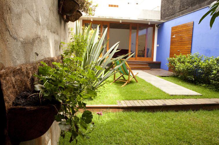jardim quintal fundos:Floreiras instaladas no muro dos fundos do sobrado em Pinheiros, na