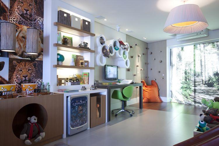 O escritório Rocha Andrade Arquitetura criou a suíte do menino inspirada em uma