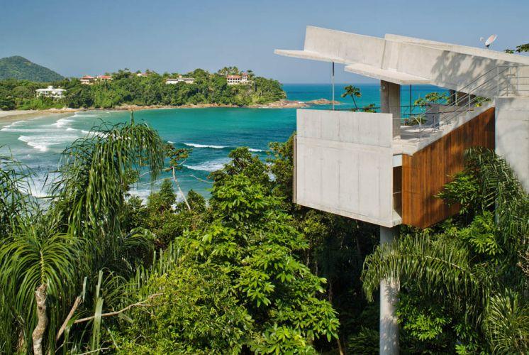 O volume de frente para o mar é ocupado pela varanda-mirante, no alto, e pelo apartamento do casal, no piso inferior