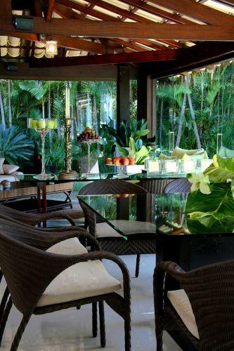 Um dos cantos de uma varanda coberta que está no livro da arquiteta e designer Sueli Adorni. A publicação reúne fotos de 18 tipos de ambientes em quase 300 páginas