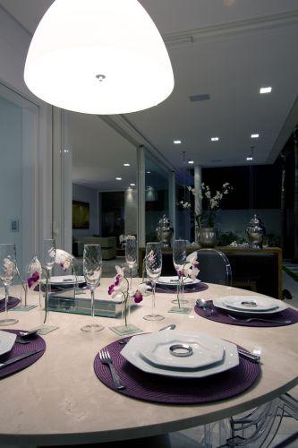 Mesa decorada em uma copa, projetada por Sueli Adorni. A foto faz parte do livro