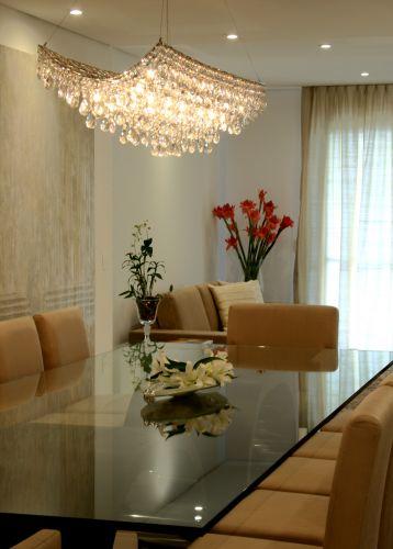 Detalhe da sala de jantar, com o lustre pendente Bello (de cristal) da Scatto, disposto sobre mesa para 12 pessoas