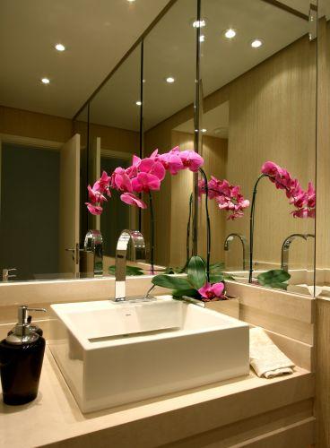 É no lavabo, de área mais reduzida, que se percebe a importância e funcionalidade do uso do espelho, ao ampliar ambientes