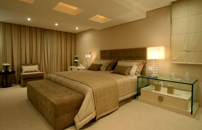 Na suíte, a cabeceira da cama de capitonê da Divano's, com forração de tecido do Empório Beraldin; esses elementos compõem a cama Box da Serta Store. O abajur de cristal em forma de borboleta é da Scatto