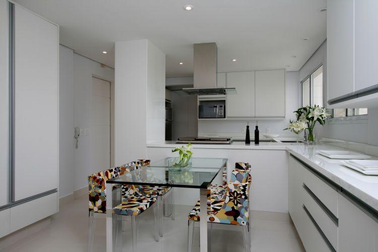 Na copa e cozinha, ambientes onde predomina o branco, a mesa Retta, da Bretton, é acompanhada pelas coloridas cadeiras Mademoiselle, assinadas por Philippe Starck e fornecidas pela Kartell