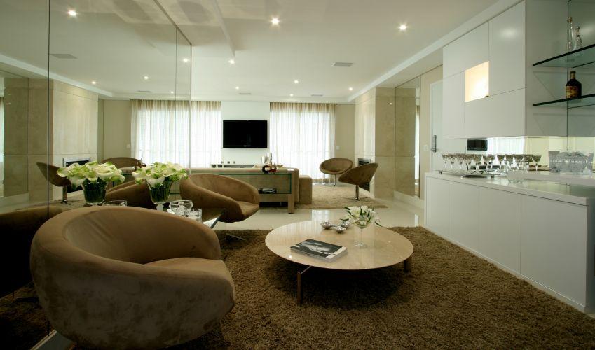 O bar, localizado entre o home theater e o jantar, foi ambientado com poltronas Gucci e mobiliário da Brentwood