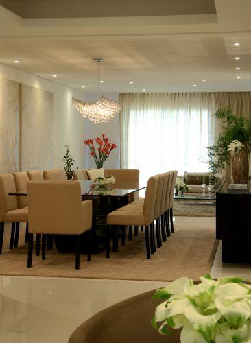 A sala de jantar leva lustre pendente Bello (de cristal) da Scatto, imediatamente sobre mesa para 12 pessoas; o bufê Longe foi confeccionado pela Brentwood, enquanto as cadeiras Saggio e São Conrrado são da Divano's