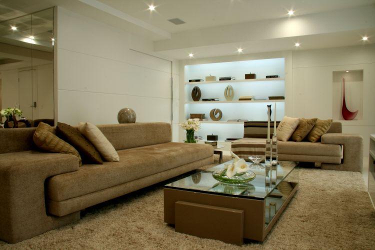 No home theater, o conforto é garantido por dois sofás, a mesa de centro Maia, e uma mesa lateral da Brentwood