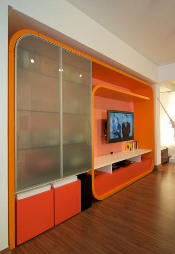 A estante G, projetada pela equipe da Urbana Arquitetura, foi executada pelo marceneiro Rudi Schwingel, da Espaço MD, e foi feita de maneira a prescindir de apoio. É constituída de esqueleto metálico, revestido de MDF nas partes retas, e compensado nas curvas. Recebeu pintura microtexturizada laranja. Os pufes da estante são da G.O. Decorações