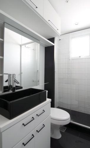 Banheiros pequenos dicas de decoração para quem tem pouco espaço  BOL Fotos -> Banheiro Pequeno Com Porcelanato Preto