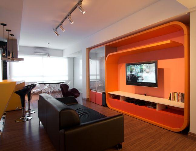 Os ambientes da sala, escritório e dormitório receberam piso laminado padrão Amêndola Curaçao, da linha Home da Durafloor. Destaque para a estante G, projetada pela equipe da Urbana Arquitetura e executada por Rudi Schwingel, da Espaço MD