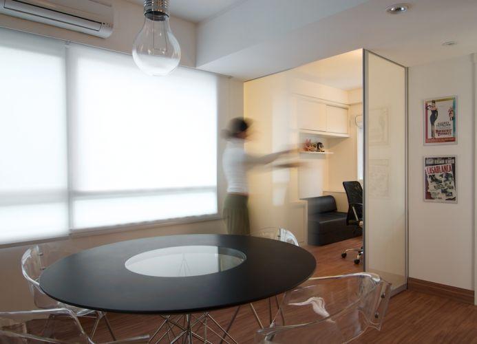 Quando abertas, as portas de correr do escritório ampliam os espaços de convivência. As portas de vidro do escritório, do closet e da lavanderia foram fornecidas por Grando & Oliveira