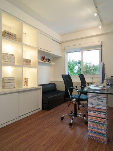 O escritório pode servir de quarto de hóspedes e, com mudanças mínimas, poderá ser transformado em quarto do bebê. As várias coleções dos proprietários, de revistas, brinquedos antigos, bolsas e bijuterias foram usadas como decoração pelas arquitetas