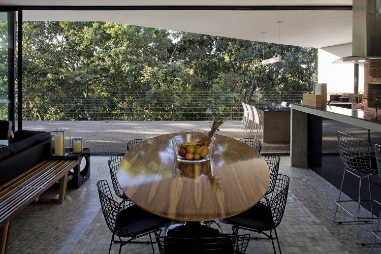 Espaço de jantar com mobiliário definido pelo casal de proprietários, ao lado da cozinha, na ala social da casa em Nova Lima (MG). O projeto é de Bruno Santa Cecília, dos Arquitetos Associados. No piso, pedra portuguesa polida