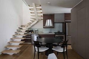 Tons frios e móveis de design personalizam o apartamento tríplex zero de executivo - Gui Morelli / Divulgação
