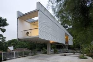 Casa em Carapicuíba reúne moradia e escritório com total independência - Leonardo Finotti/UOL