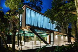 Casa no Guarujá preserva mata nativa e ocupa o mínimo possível do terreno - Nelson Kon/UOL