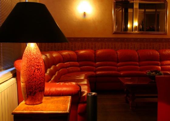 Tenha pelo menos um bom sofá em casa, onde duas ou três pessoas possam se sentar com dignidade. Cinzeiros, mesas de apoio e luz indireta também são desejáveis